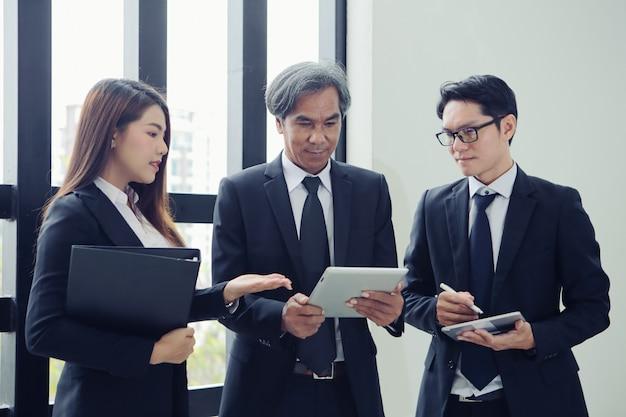 ブレーンストーミング、分析、マーケティング計画のためのグループビジネスマン会議。