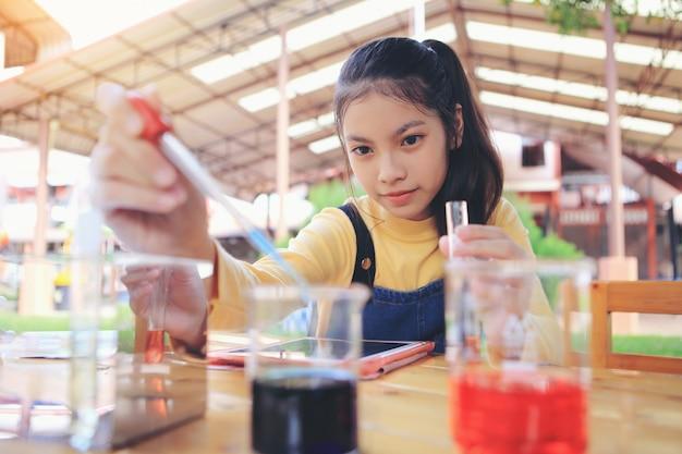 勉強しようとしている女子学生