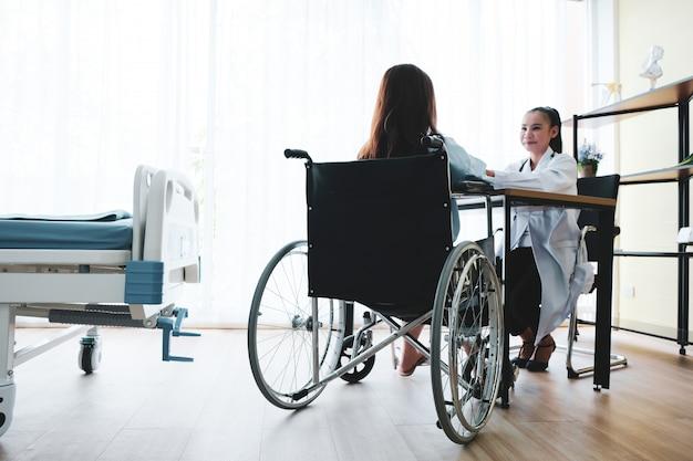 患者は医者から手を振って診断され、励まされた。