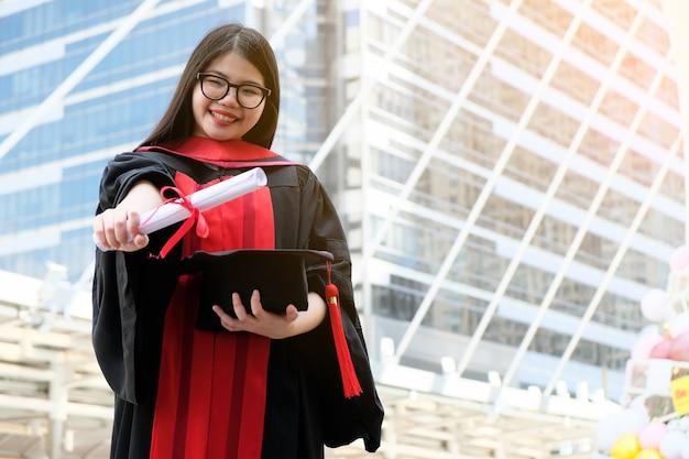 アジアの女の子は卒業し、学位を取得しました。