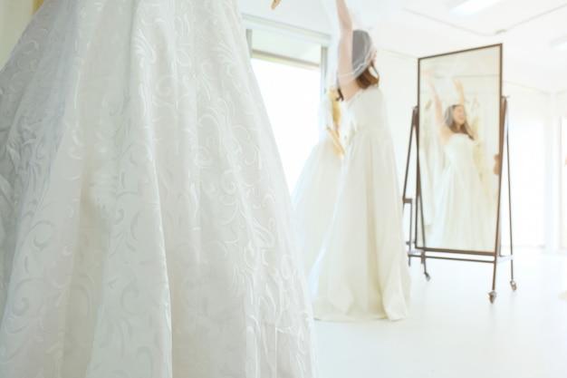 テーラーショップでの花嫁介添人ドレスリハーサル。