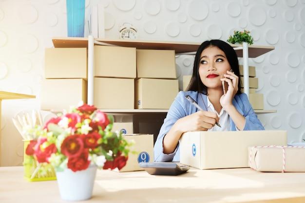 女性とセールスオンラインの配達成功