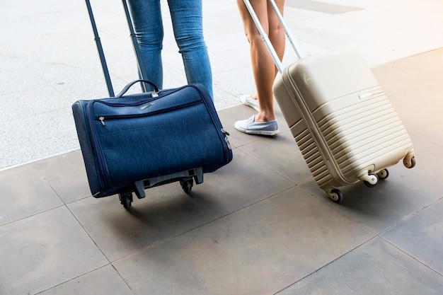 二人の旅行者がその袋を歩いています。