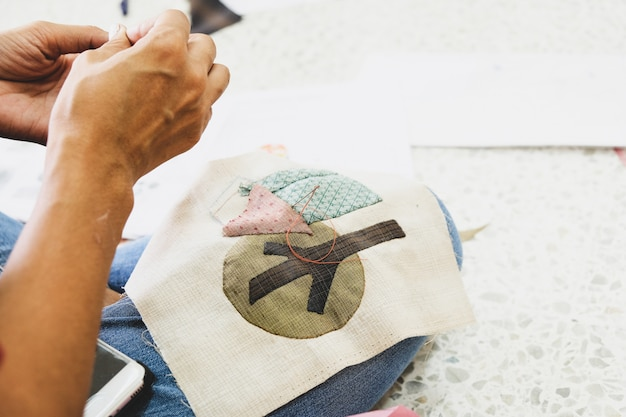 Швея молодая женщина портниха работа портняжная шитье на своем рабочем месте.