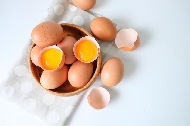 Свежие яйца с фермы ставят деревянный стол