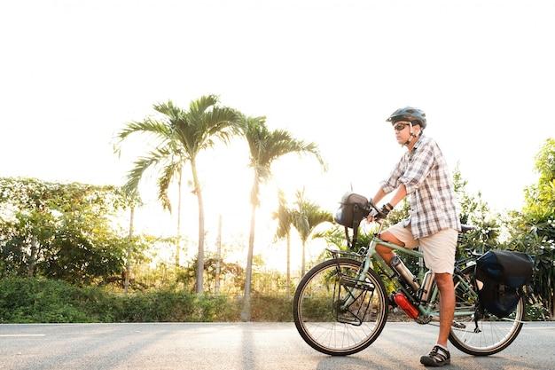 屋外のツーリングバイクの年配の男性