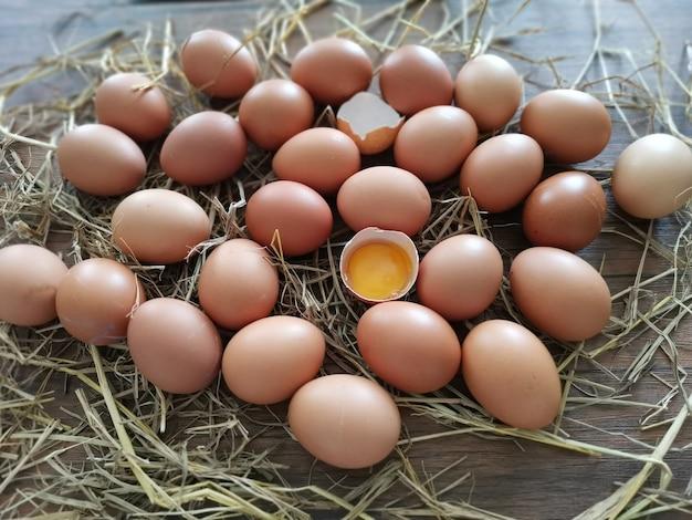 多くの卵がテーブルの上に横たわりました。