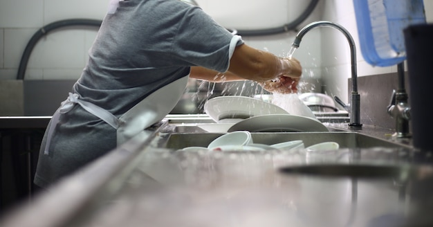 皿を洗っている