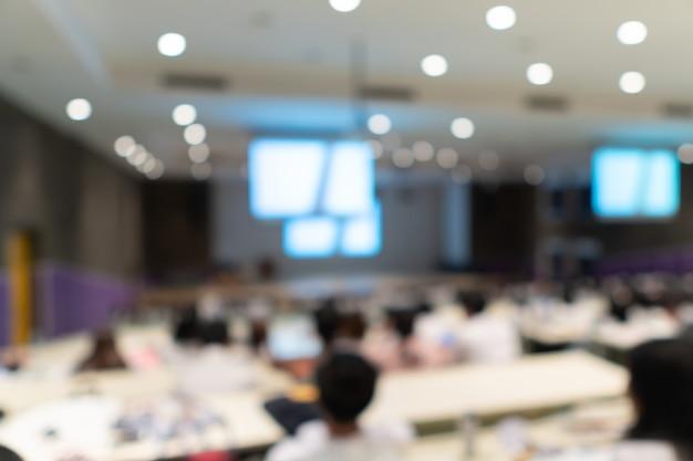 大学の学生と教師は、スロープルームの学習、ぼやけた人の背景でのグループ学習