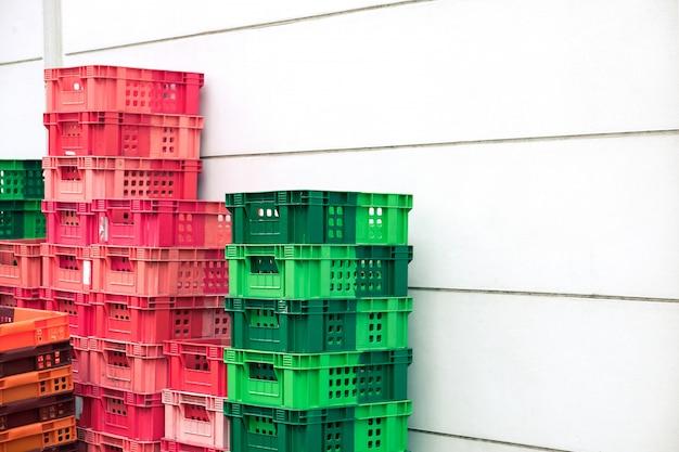 空のストックバスケットがコンビニ供給店のバックオフィスに積み上げ