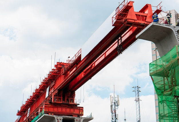 トラスランチャーを使用した鉄道コンクリート構造物の建設、スカイトレイン工事中