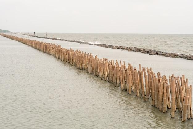 防波竹の柱と石の海岸の保護
