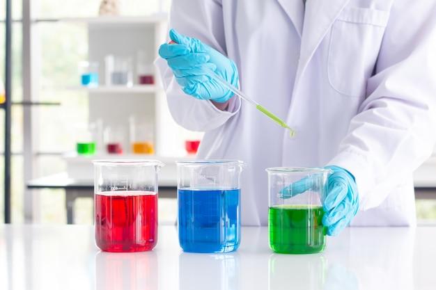 実験室で注入ガラス実験室化学試験を保持している科学者の手。科学。