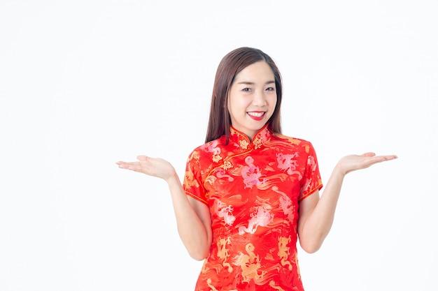 チャイナドレスの伝統的なチャイナドレスでアジアの女性