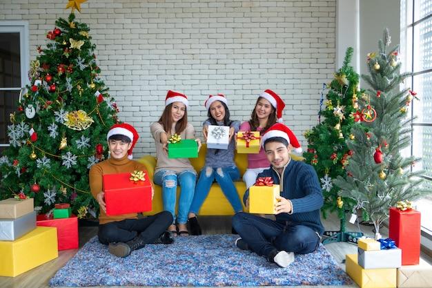 Группа друзей из азии празднует рождество и новый год дома