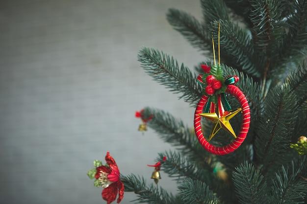 ツリーに飾られたクリスマスの星