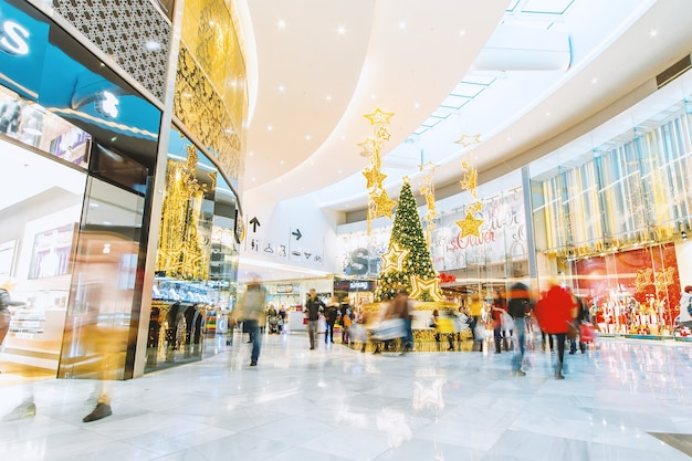 クリスマスツリーとショッピングモール