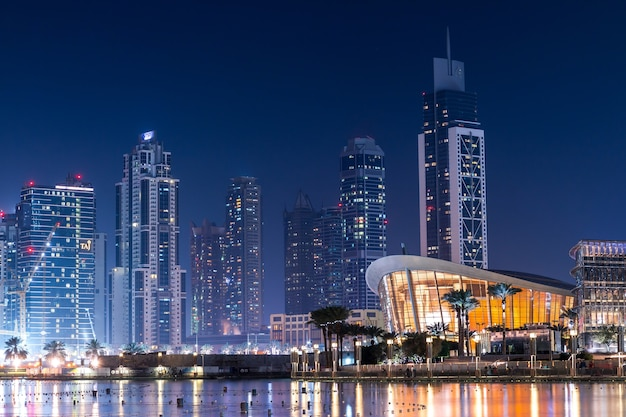 夜の驚くほど現代的な建物