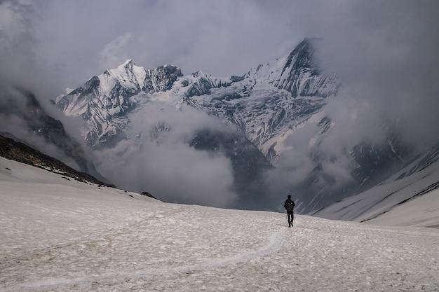 Путешественник, идущий к снежной горе