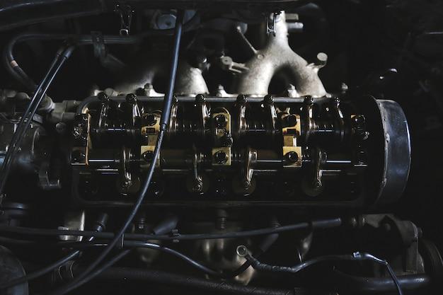 ガレージ内のメンテナンスカーエンジン
