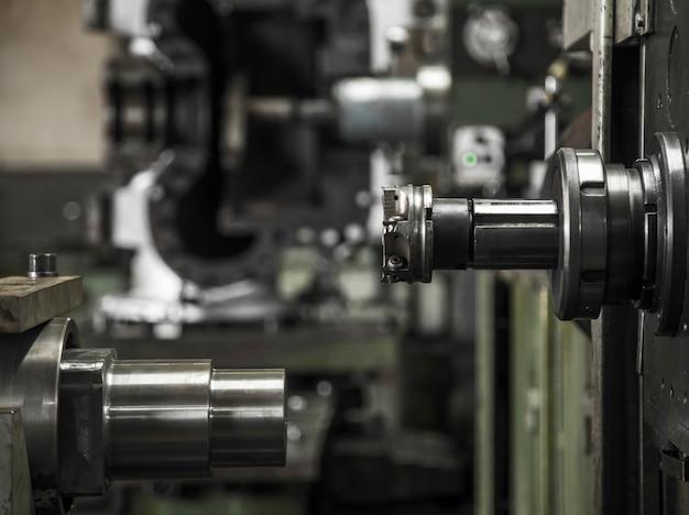 産業用旋盤機械の仕事