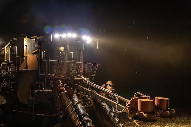 サトウキビ収穫プランテーションの夜