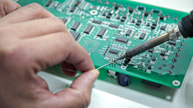 手動電子機器のはんだ付けとオシロスコープのテスト