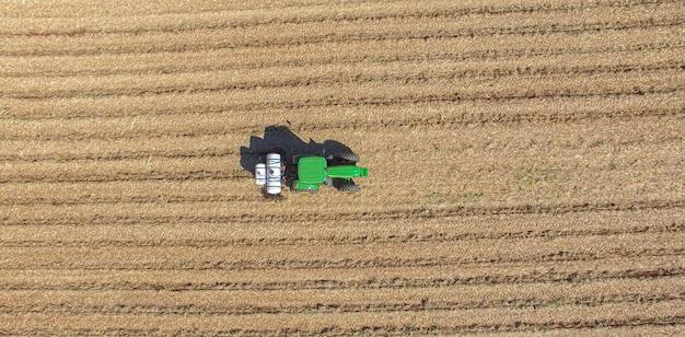トラクターで肥料と殺虫剤を適用することによるサトウキビの植え付け