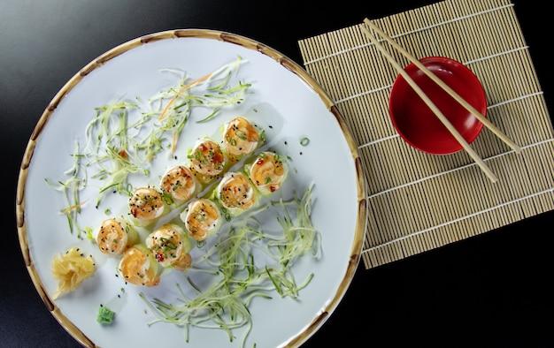Японская еда вкусный лосось урамаки суши с рисом