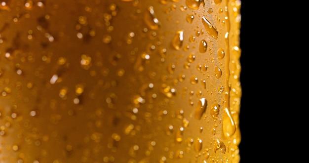 新鮮な注がれたビールの詳細マクロ上の液滴