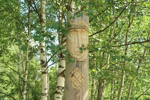 神の古代の木製のスラブ異教の偶像。森の中の異教徒の寺院