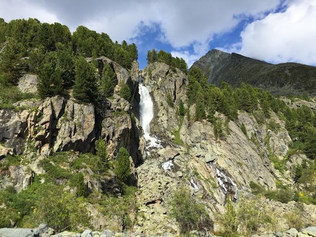 岩の間の山の滝