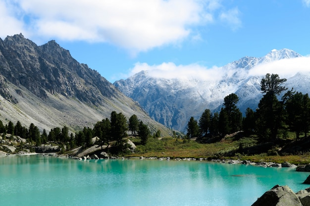 ターコイズのダラシュコル湖。美しい青い山の湖。アルタイ山脈、シベリア、ロシア