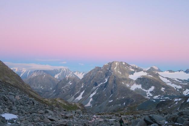 アルタイ山脈の美しい夕日。山の尾根の美しい景色。