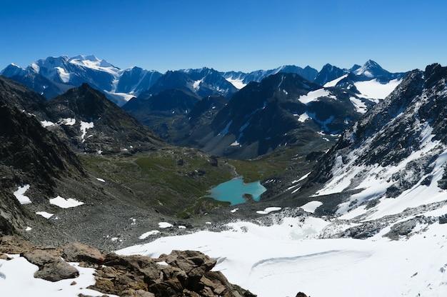 青い山の湖の美しい景色。アルタイ山脈