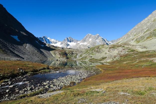 秋の山のミラー湖の風光明媚なビュー。ロシアのアルタイ山脈に落ちる