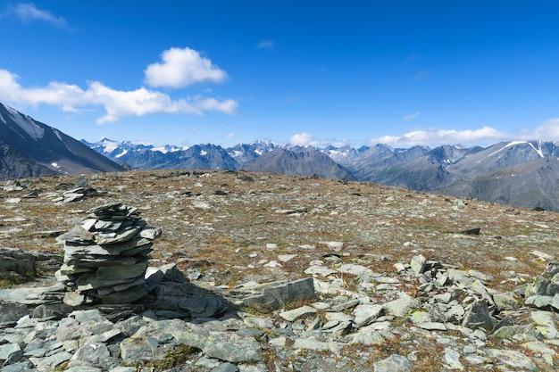 Гора куча камней пирамиды из камней живописный вид.