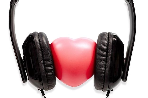 コンセプトヘッドフォン、クリッピングパスで、白い背景に隔離された心臓。