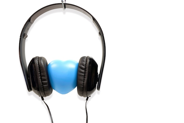 愛の概念ヘッドフォンは、白の背景に隔離されて