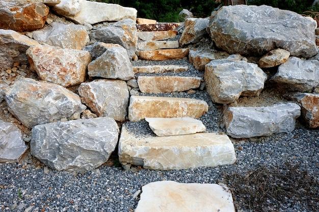 天然石で作られた階段。織り目加工の要約