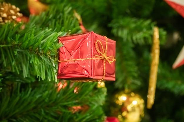 クリスマスツリーの概念メリークリスマスに小さなギフトボックス。