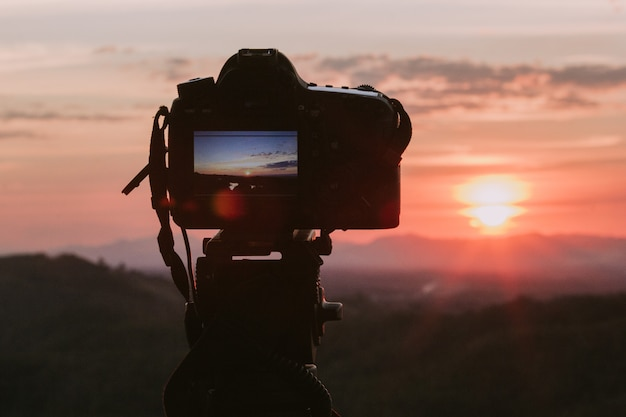 Камера с природой фоном.
