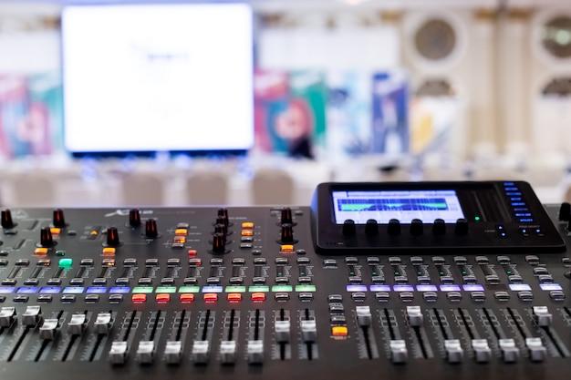 セミナー室のプロフェッショナルオーディオサウンドミキシングコンソールフェーダー。