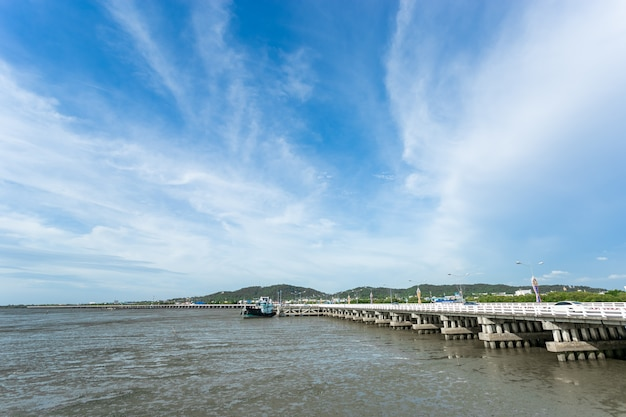 チョンブリ、タイの干潮時のチョンラチャラウィジー橋の海
