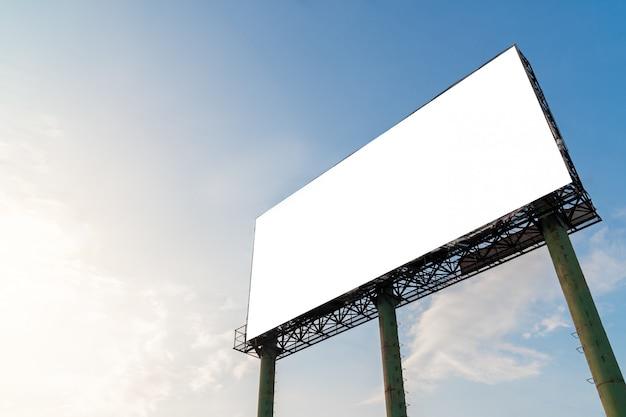 Пустой рекламный щит с белым на публике, пустой белый экран панели, вывеска для рекламы