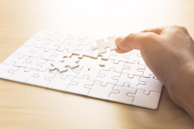 接続する男のジグソーパズルの手。