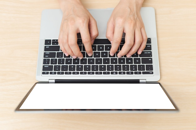 白い画面を持つラップトップコンピューターの女性の使用。空のディスプレイ。