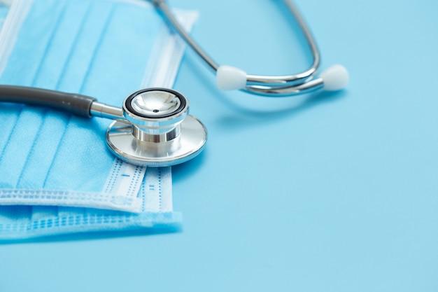 医療用聴診器と衛生予防フェイスマスク保護保護ウイルス青いテーブル。