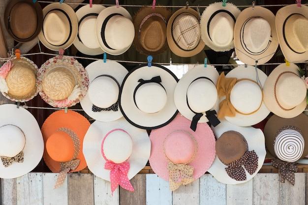 販売のための麦わら帽子、壁掛け