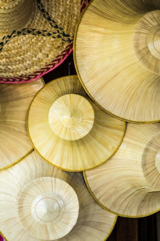 Традиционная тайская плетеная шляпа, которую фермеры в таиланде